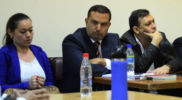 Gabriela Quintana, su abogado Andrés Casati y el exsenador cartista, Víctor Bogado, condenado por cobro indebido de honorarios.