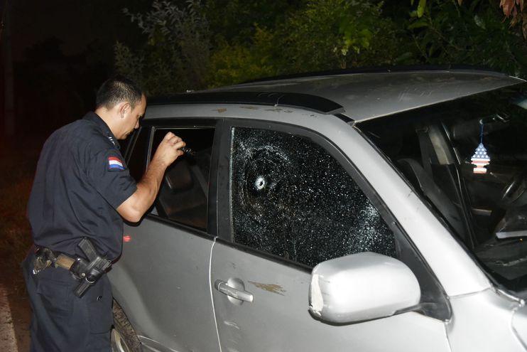 El vehículo acusó siete impactos de bala, según el fiscal.