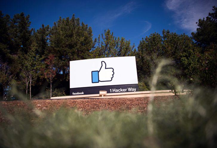 """Un cartel del icónico """"me gusta"""" de Facebook en Menlo Park, California."""