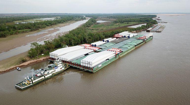 El convoy de barcazas que transportan las torres eólicas, cuando se encontraba a la altura de la ciudad de San Lorenzo, Argentina. Esta medianoche llega a Asunción.
