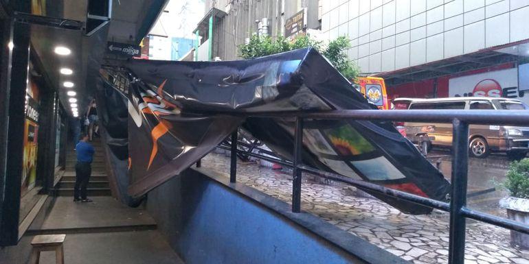 El ventarrón derribó varias cartelerías en Alto Paraná.