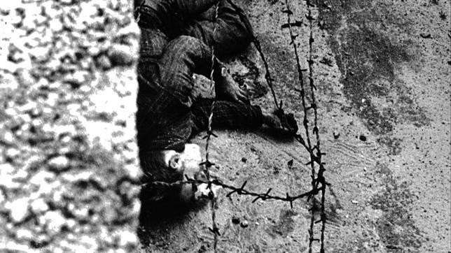 Peter Fechter, agonizando junto al Muro de Berlín, el 17 de agosto de 1962. EPA
