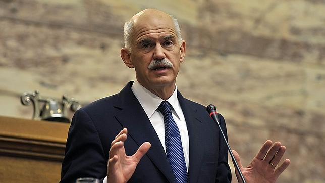 Papandreu retira el referéndum y estudia un gobierno de coalición