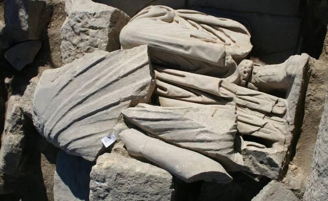 Hallan varias esculturas sedentes romanas en Torreparedones
