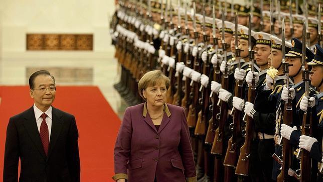 Merkel pide a China que siga confiando en el euro pese a la crisis