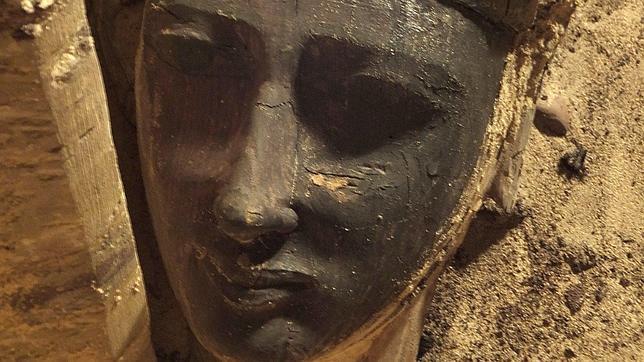 Arqueólogos españoles hallan una veintena de momias y un sarcófago en Egipto