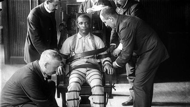 Preparando a un recluso para su ejecucin en la silla elctrica hacia 1900 en la prisin de Sing Sing EEUU  ABCes
