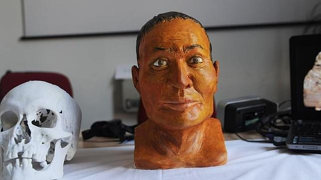 Un intruso en el sarcófago de una momia egipcia
