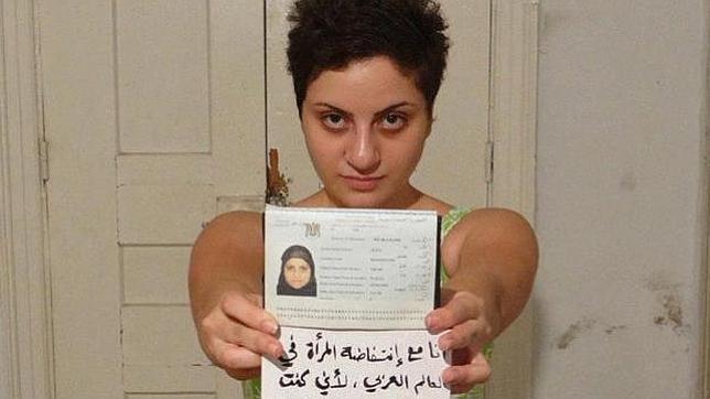 Polémica en el mundo árabe por la foto de una mujer sin velo y pelo corto