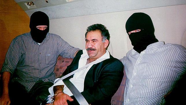 Ócalan, tras ser capturado en Kenia, viaja a Turquía escoltado por dos agentes en febrero de 1999 -epa photo