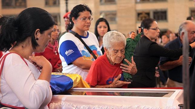 Trasladan el cuerpo de Chávez para su exposición en el Cuartel de la Montaña