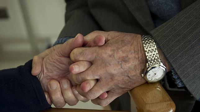 La música y las caricias, terapias alternativas para el alzheimer