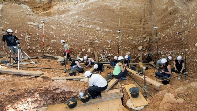 Investigadores en Atapuerca (Fuente: https://i0.wp.com/www.abc.es/Media/201307/21/atapuerca--644x362.jpg)