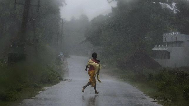 Más de 500 mil personas desalojadas en la India por la llegada del ciclón Phailin