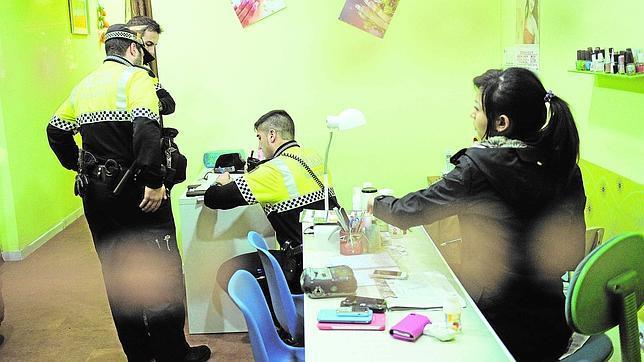 Masajes con «final feliz» en las peluquerías del barrio, en Madrid