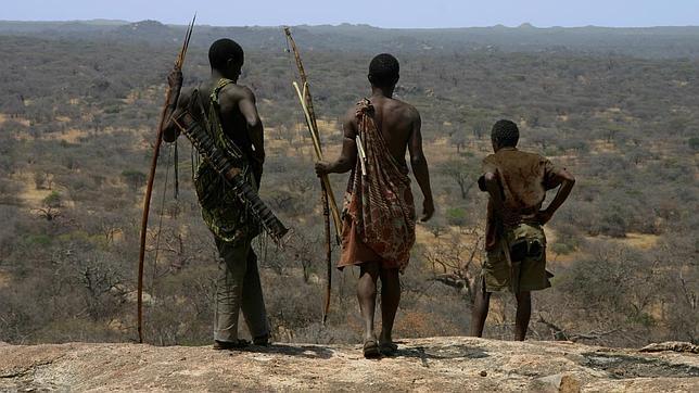 Miembros de la tribu Hadza de Tanzania