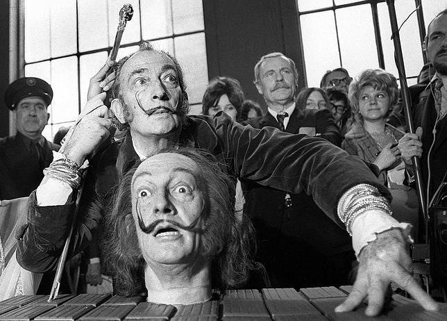 Imagen de Dalí, tomada en 1971, posando junto a una escultura de su rostro en el Museo Gustave Moreau de París