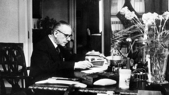 Thomas Mann, trabajando en su despacho en los últimos años de su vida