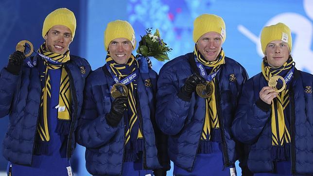Esquiadores suizos muestran las medallas conseguidas en Sochi