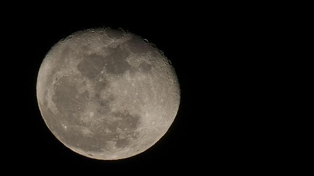 ¿Por qué la Luna tiene forma achatada?