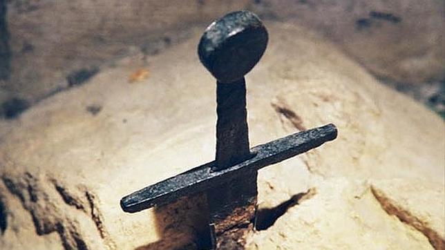 Detalle de una espada clavada en la piedra en homenaje al Rey Arturo