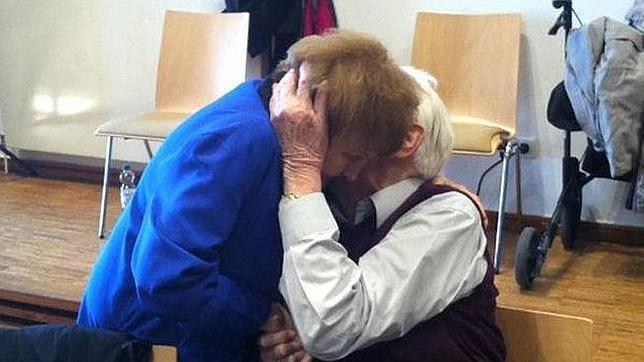 Una víctima de los experimentos nazis perdona y abraza a un guardia de las SS