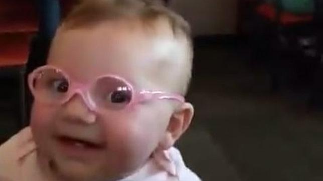 El enternecedor instante en el que un bebé ve a su madre por primera vez gracias a sus gafas