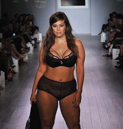 Una modelo de talla grande deslumbra en la Semana de la moda de Nueva York