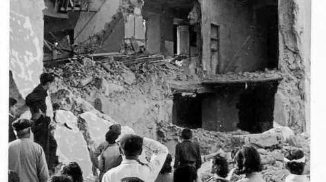 Resultado de imagen de Vecinos de Cabra observan los derrumbamientos ocasionados por el bombardeo