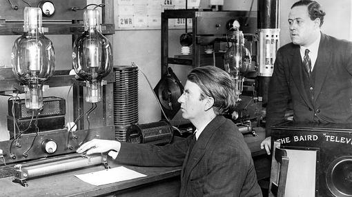 El ingeniero John Baird en su estación de televisión transatlántica en 1927