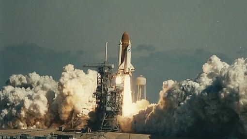 Despegue del transbordador espacial desde el Centro Espacial Kennedy. 73 segundos después, se produjo su explosión