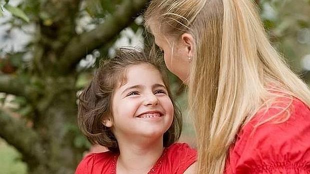 Una niña charla con su madre
