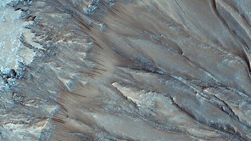 Hileras estacionales formadas supuestamente por el flujo de agua salada en Marte