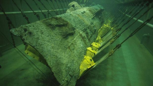 El sumergible Hunley en un tanque de conservación, después de ser recuperado en el año 2000