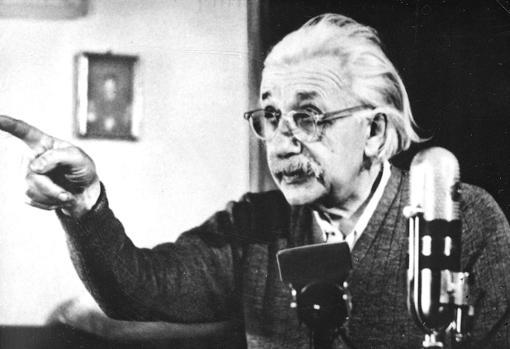 El científico impartiendo una conferencia