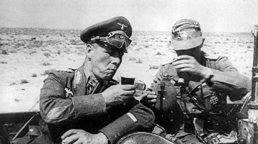 Rommel, tomándose un descanso junto a un soldado