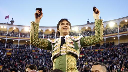 Andrés Roca Rey, a hombros con las dos orejas del sexto