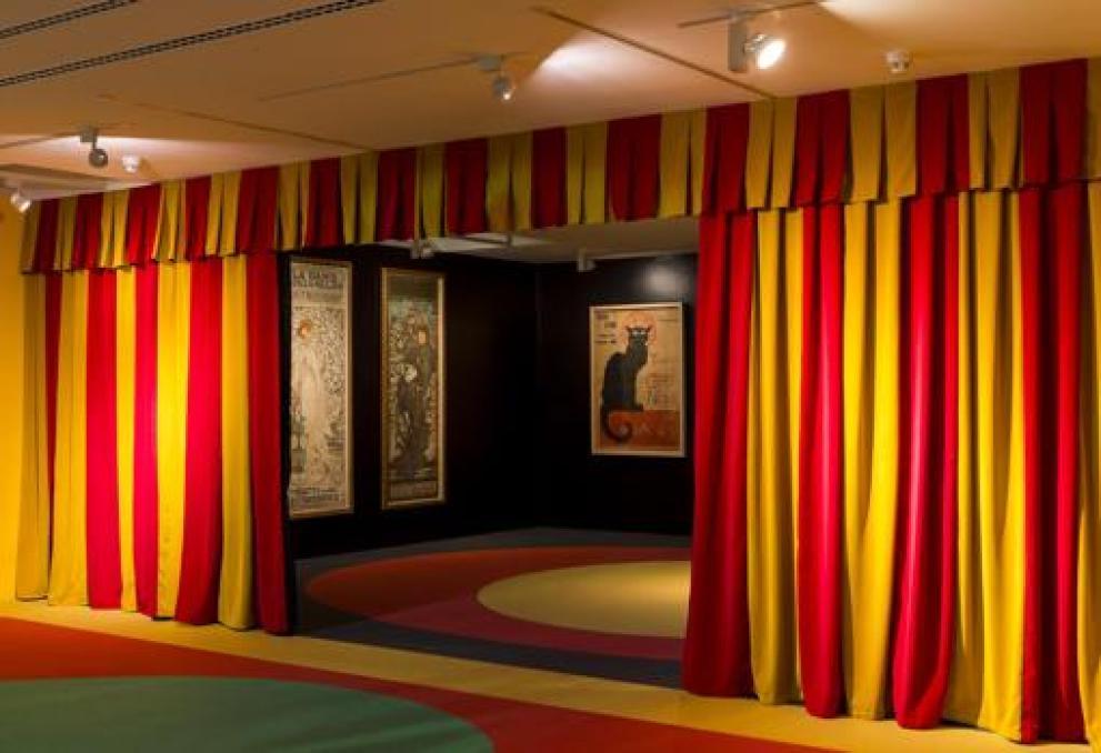 Obras de Alphonse Mucha (a la izquierda) , junto al célebre cartel de «Le Chat Noir», de Théophile Alexandre Steinlen