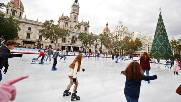 La pista de hielo del Ayuntamiento de Valencia vuelve a nuestra ciudad en 2016 - Foto: ABC