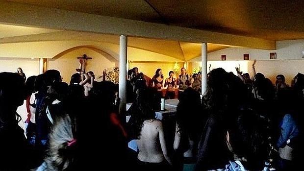 Maestre, en el centro de la imagen, semidesnuda en la capilla de Somosaguas