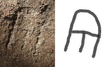 Relieve con el monograma de la dueña del mausoleo romano