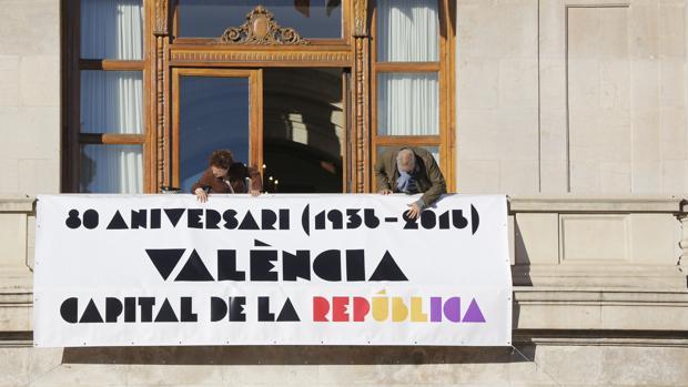 Imagen del balcón del Ayuntamiento de Valencia, hoy lunes - ROBER SOLSONA