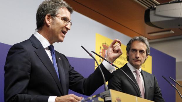 El presidente de la Xunta, Alberto Núñez Feijóo, y el ministro Íñigo de la Senra tras su reunión