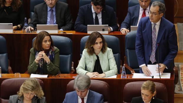 Elena González-Moñux, primera por la izquierda, en la segunda fila, durante un pleno en la Asamblea