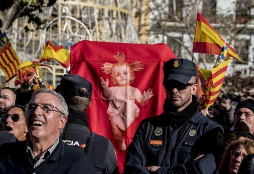 Policía junto a los concentrados de ultraderecha, con banderas españolas y valencianas, y otros símbolos ideológicos