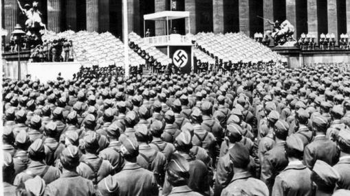 La Legión Cóndor, escuchando las palabras de Hitler tras volver de España