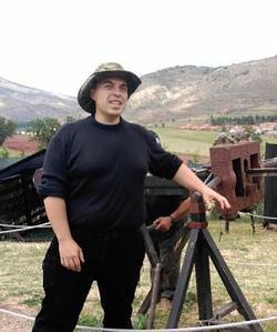 Rubén Sáez Abad posa junto al escorpión romano de su colección, en Albarracín (Teruel) -