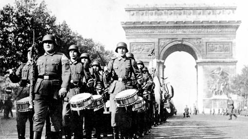 Paris (Francia), 1940. Las tropas alemanas desfilan victoriosas por París. Al fondo, el arco del triunfo