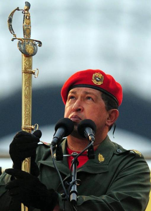 """Hugo Chávez sostiene la espada del """"libertador"""""""