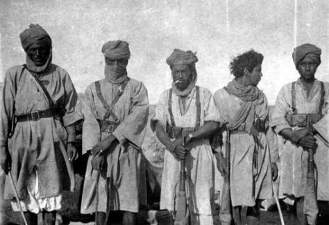 Patrulla de askaris (soldados locales) para dar escolta a una caravana